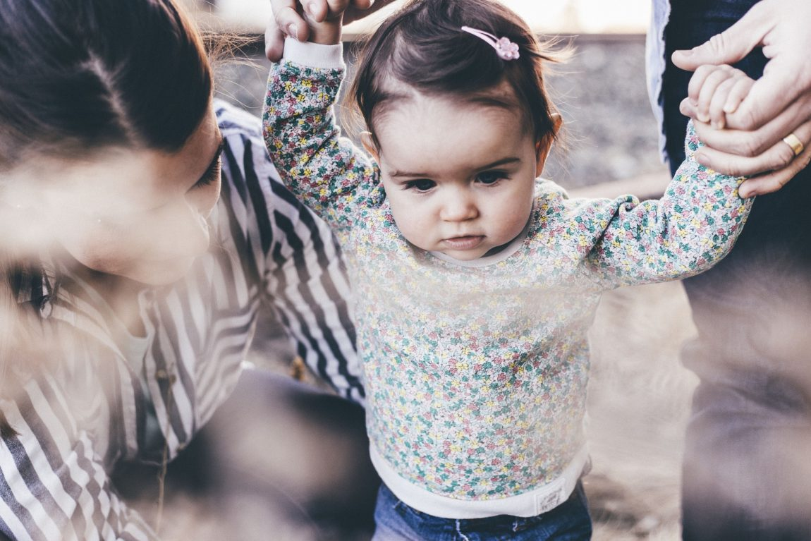 Kindje met ouders handen vasthouden Mindful opvoeden