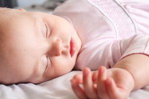 Doorslapen baby: deze tips werkten bij ons - handje