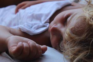 Doorslapen baby: deze tips werkten bij ons - meisje