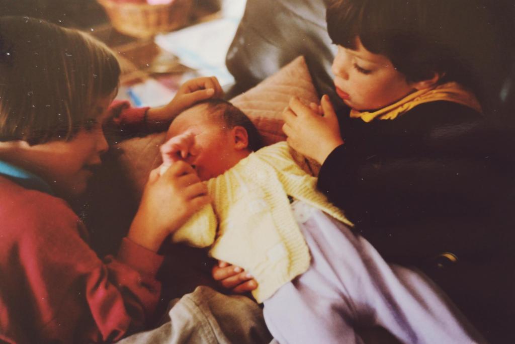 Zus en broer met hun kleine babybroertje