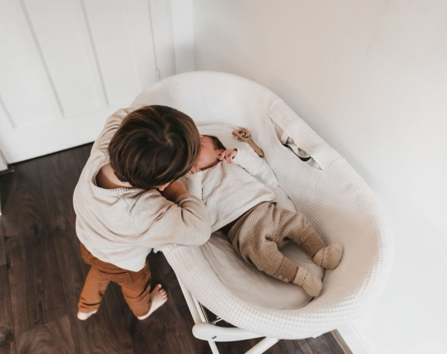 Wennen aan de baby speentje geven